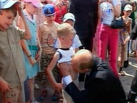 путин целует тело ребёнка