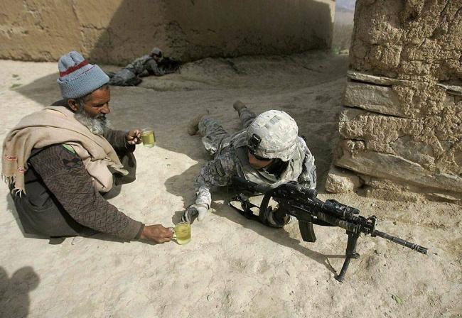 афнганец.подаёт.чай.америк.солд...