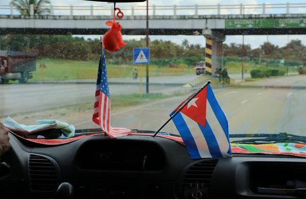 куба.сша.флаги.на.машине
