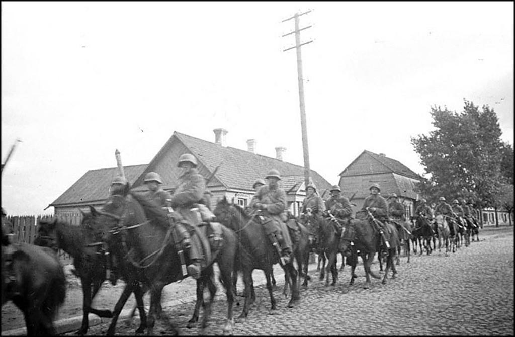 Кавалерийский отряд проходит по одной из улиц Гродно в дни присоединения Западной Белоруссии к СССР. 1939 г.