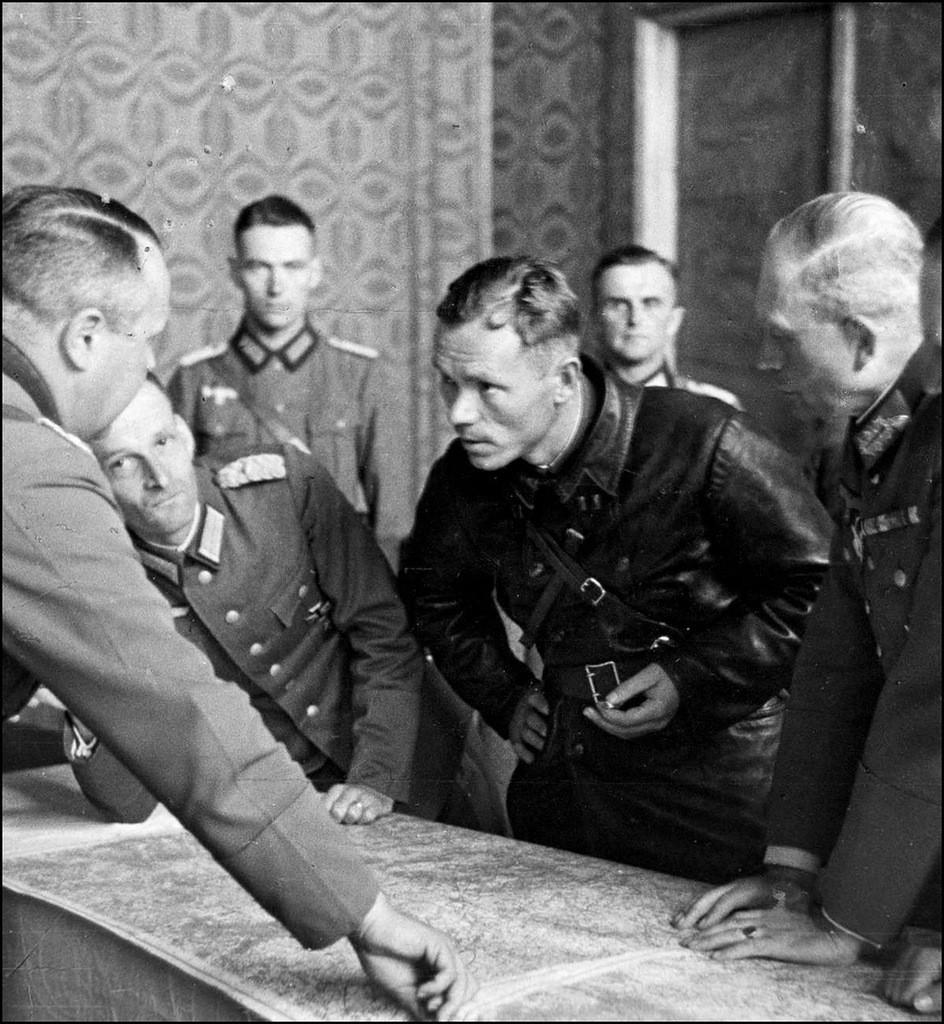 Немецкие генералы, в числе которых Гейнц Гудериан,.