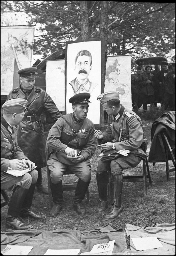 Немецкие офицеры в расположении советской воинской части.