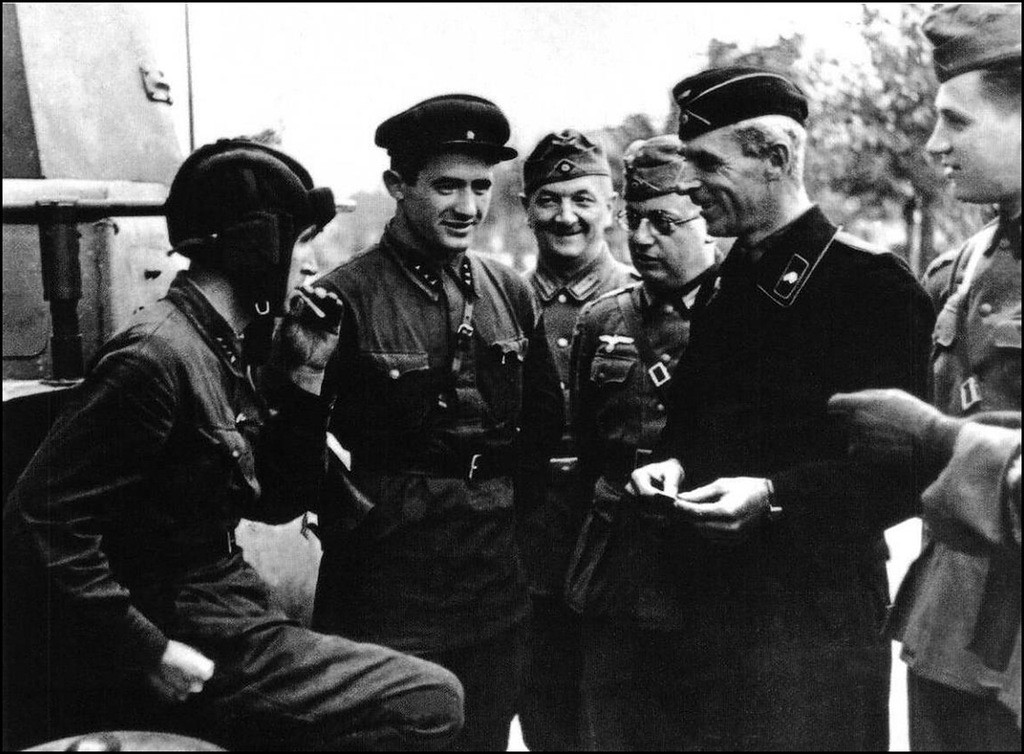 Советские и немецкие военнослужащие общаются