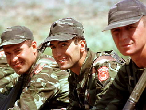 """b000625p Exercise """"Co-operative Partner 2000"""" in Odessa (Ukraine), June 2000. - Turkish soldiers participating in the US Marines weapons familiarization demonstration."""