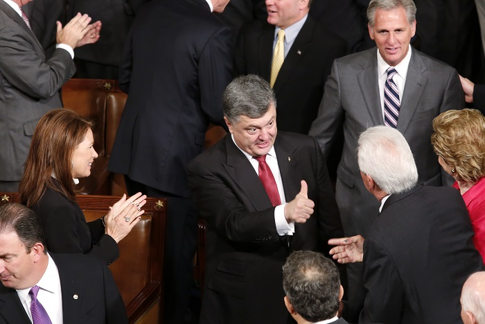 Ukraine President Petro Poroshenko (C) is greeted by U.S. Rep Michelle Bachmann (L) and House Majority Whip Kevin McCarthy (Top R) after addressing a joint meeting of Congress in the U.S. Capitol in Washington, September 18, 2014. REUTERS/Yuri Gripas (UNITED STATES - Tags: POLITICS) - RTR46RYR
